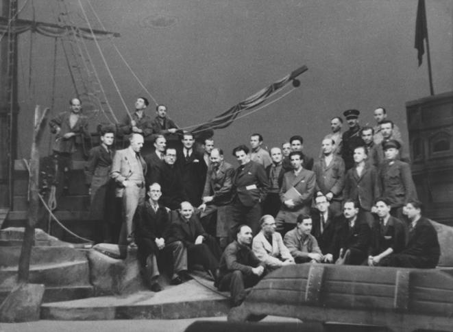 Branko Gavella s tehničkim ansamblom i ekipom predstave Ukleti Holandez na sceni Hrvatskog državnog kazališta u studenom 1941.