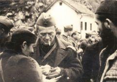 Doktor Ivan Ribar i pop Vlado Zečević u oslobođenom Jajcu