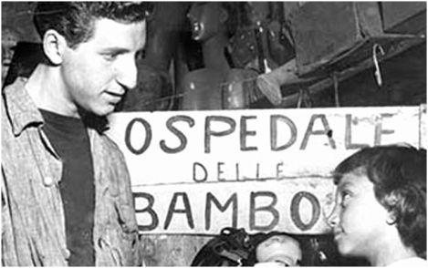 Doktor Luigi Grassi junior i djevojčica s lutkom Giovanna Cerbero (danas nastavnica u penziji, živi na Iskiji), 1950.